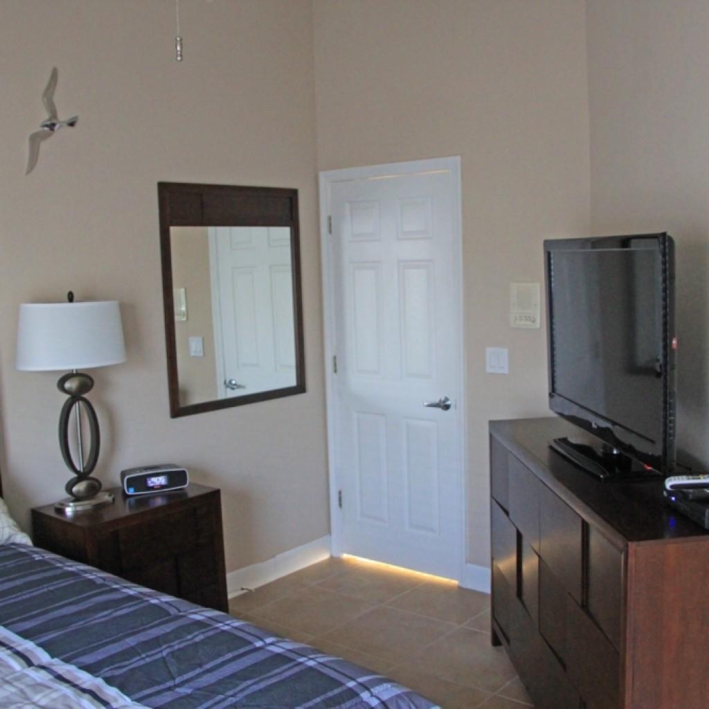 Queensize Bett mit TV und SIdeboard