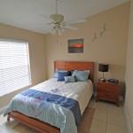 Queensize Bett mit Einbauschrank und Kleiderbügel