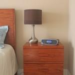 Nachttischt mit iPod/iPhone-Station und Wecker