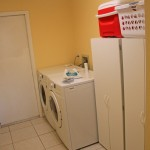 Waschraum mit Waschmaschine und Trockner