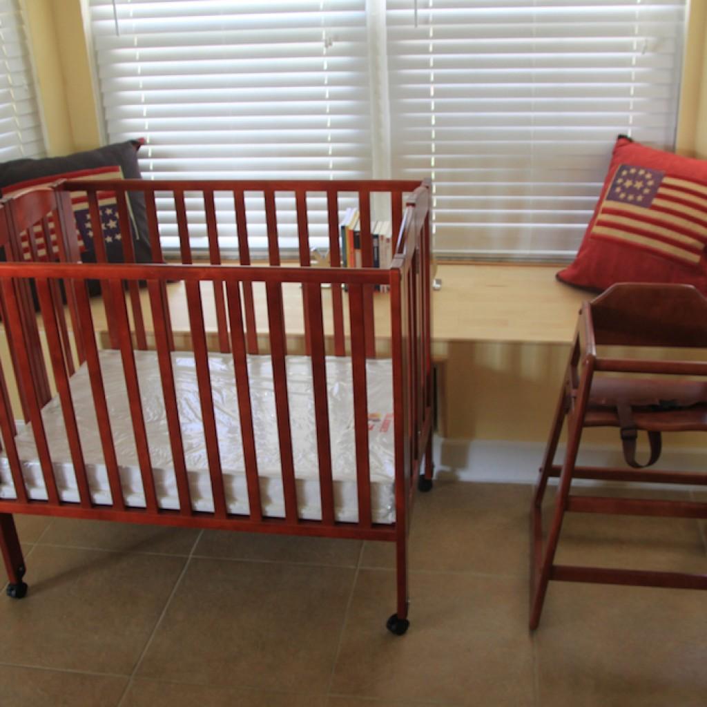 Kinderbett und zwei Hochstühle