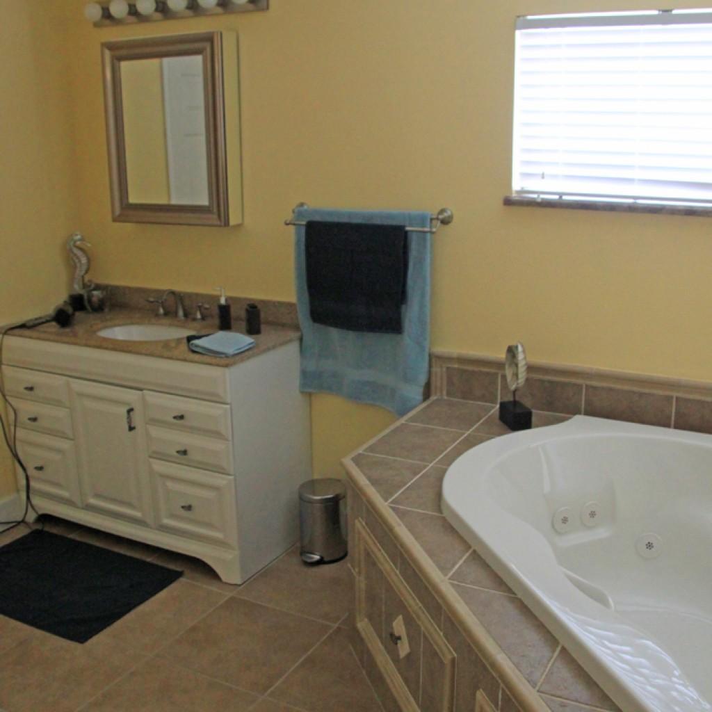 Waschbecken und Teil des Whirlpools