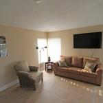 Wohnzimmer mit 60 Zoll TV und bequemer Couch